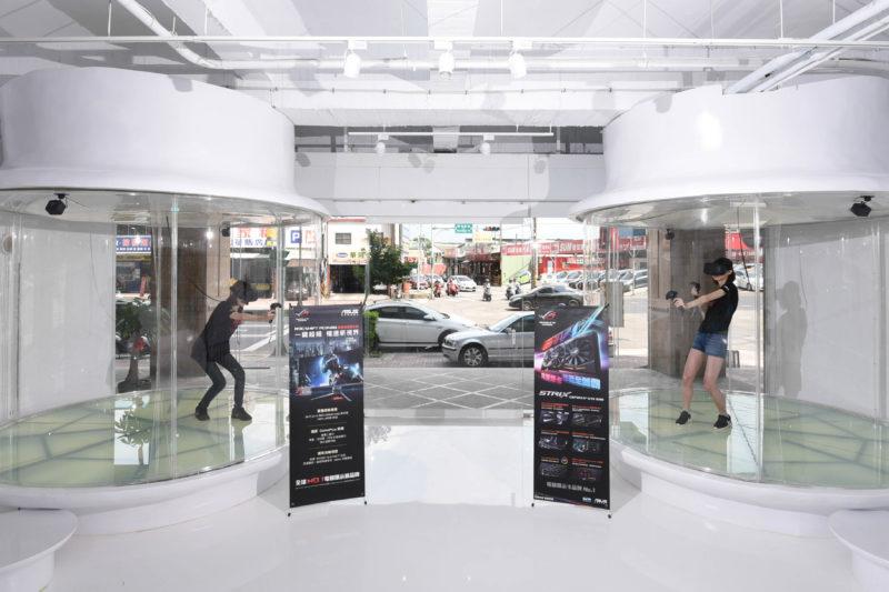 「敢覺視界FuVision VR空間」門口兩旁的透明包廂