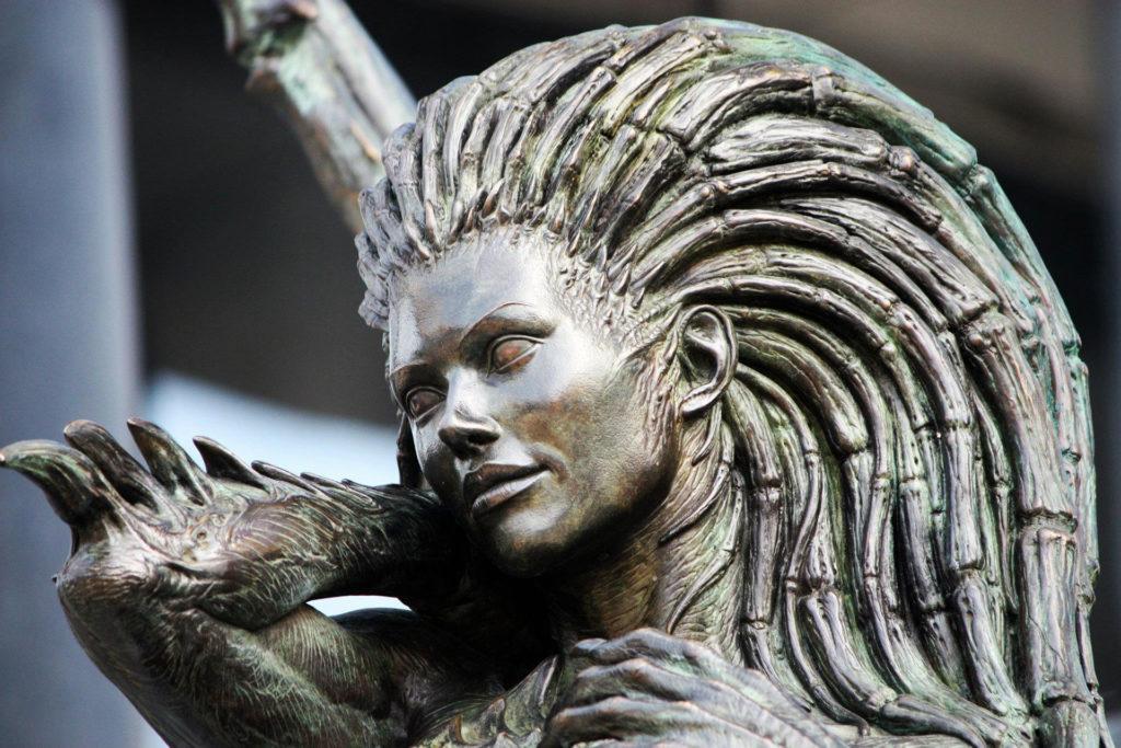 「刀鋒女皇」凱莉根雕像