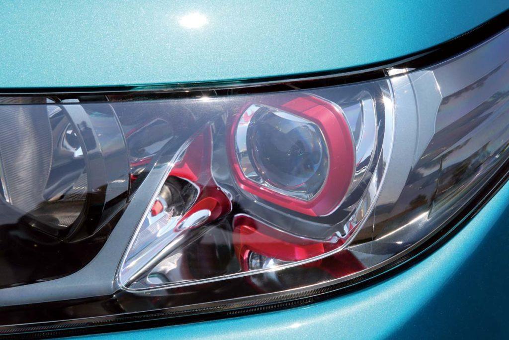 紅色頭燈飾框是渦輪車型專屬的配置