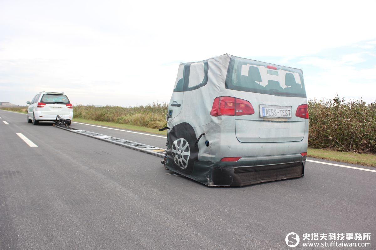 ▲標準氣球車用來測試自動緊急煞車系統(AEB),前車會拉動標準氣球車前進。