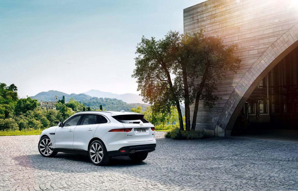 F-Pace造型源自於F-Type,在車頭與尾燈造型與葉子板散熱孔皆能看見F-Type身影,並帶來強烈運動樣貌。