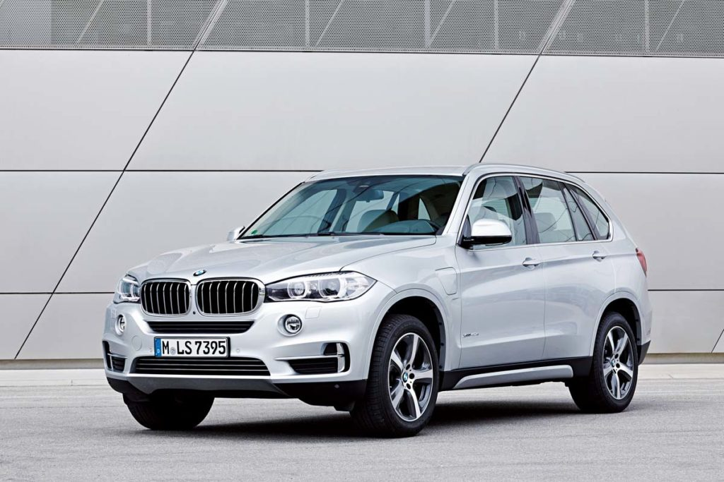 BMW X5 xDrive 40e Exterior colour: Glacier Silver, Upolstry: Ivory White Nappa Leather, Pure Excellence Exterior Design, max. system output: 230kW/313 hp; average consumption: 3,4-3,3 Liter/100 km 15,4-15,3kWh/100km  - CO2-emissions: 78 – 77 g/km