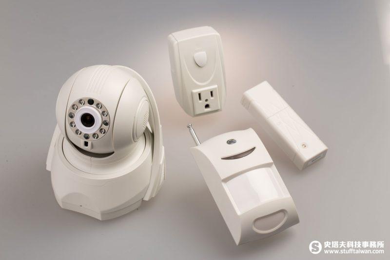 遠傳全能行動管家:網路攝影機、門窗磁簧感應器、紅外線廣角偵測器、智慧型單孔插座