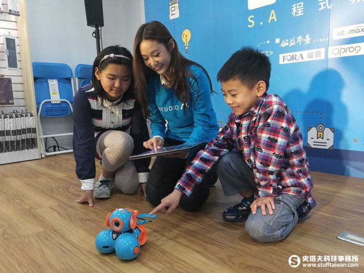 教小朋友用平板操縱機器人