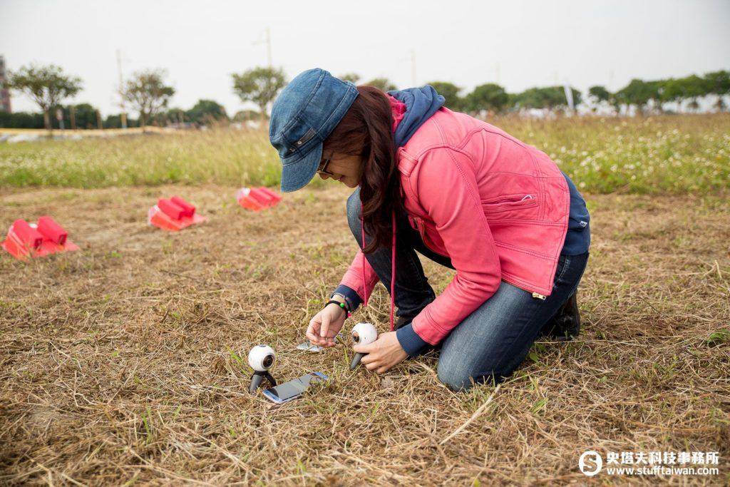 工作人員在草地上擺放Gear 360
