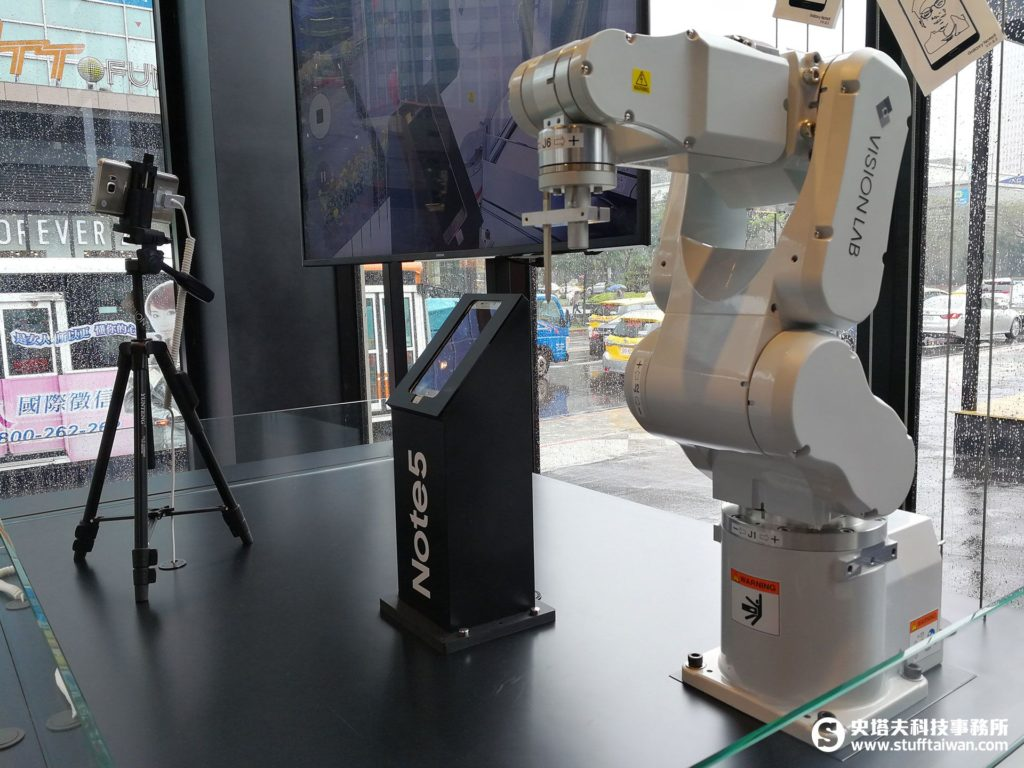 SAMSUNG VISION LAB店內的機械手臂