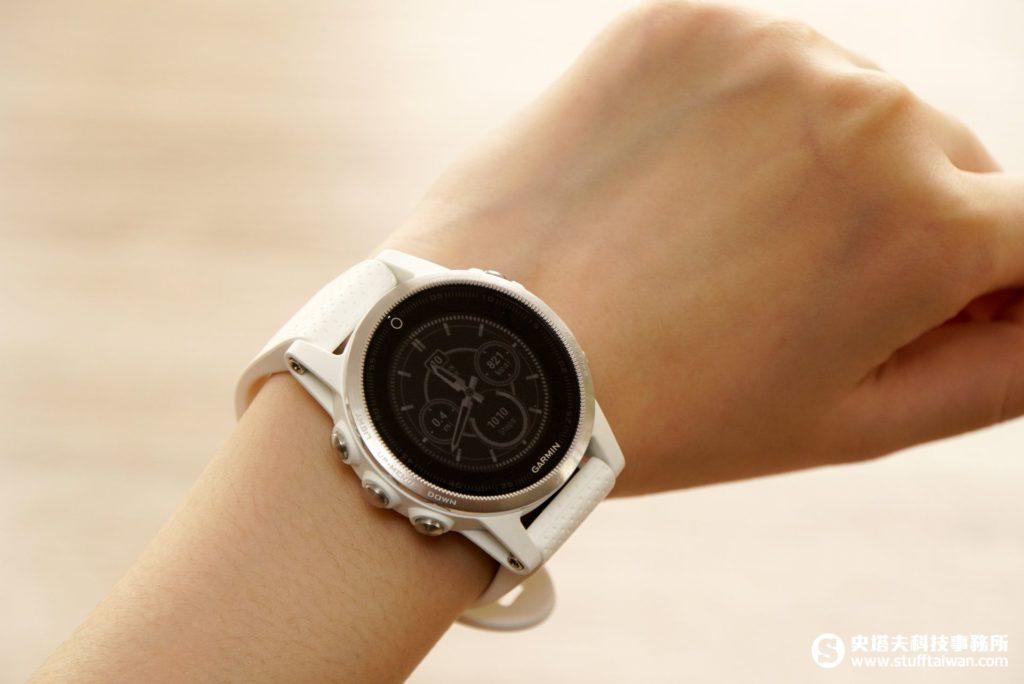 Garmin fēnix 5S戴在女性手腕上情境