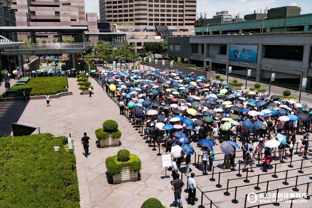 Apple台北101直營店開幕排隊人潮