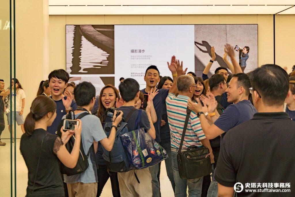 Apple台北101直營店開幕,員工迎接客人光臨