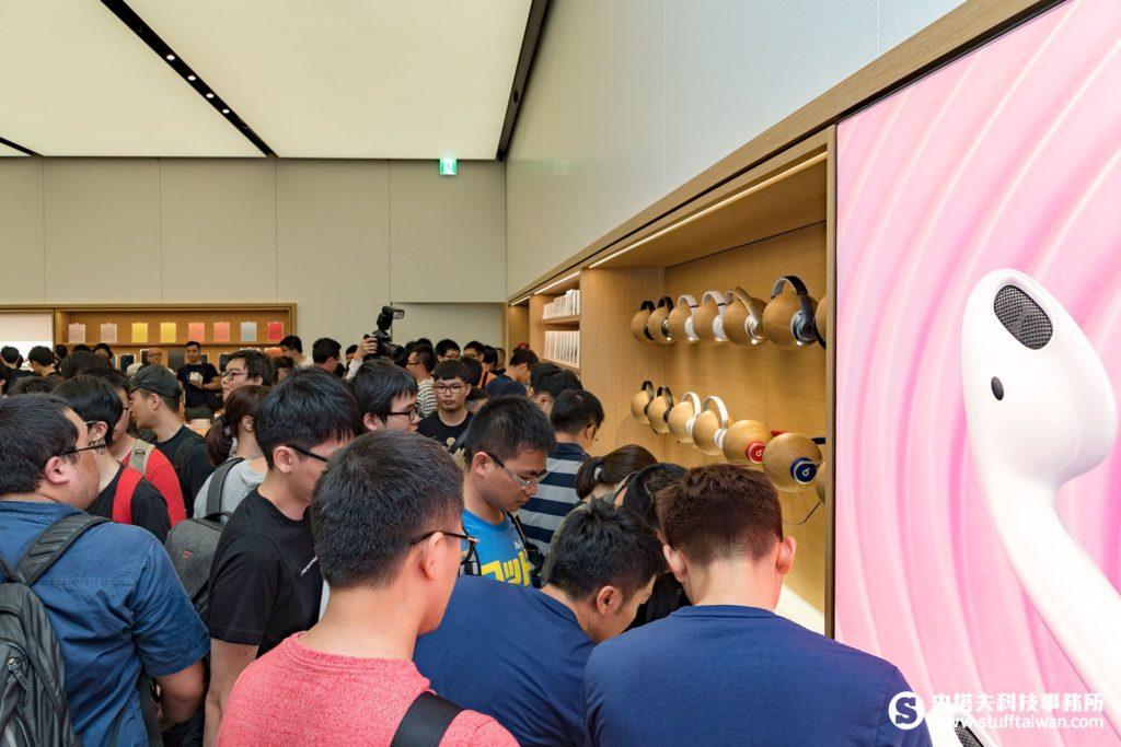 Apple台北101直營店開幕,擠得滿滿的都是人