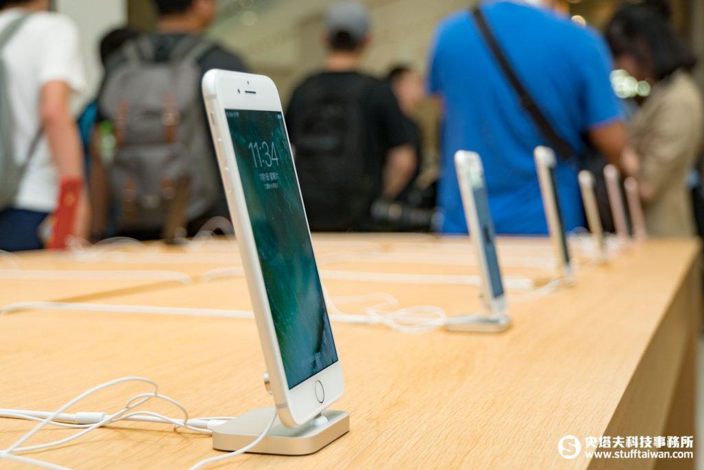 Apple台北101直營店內陳列商品