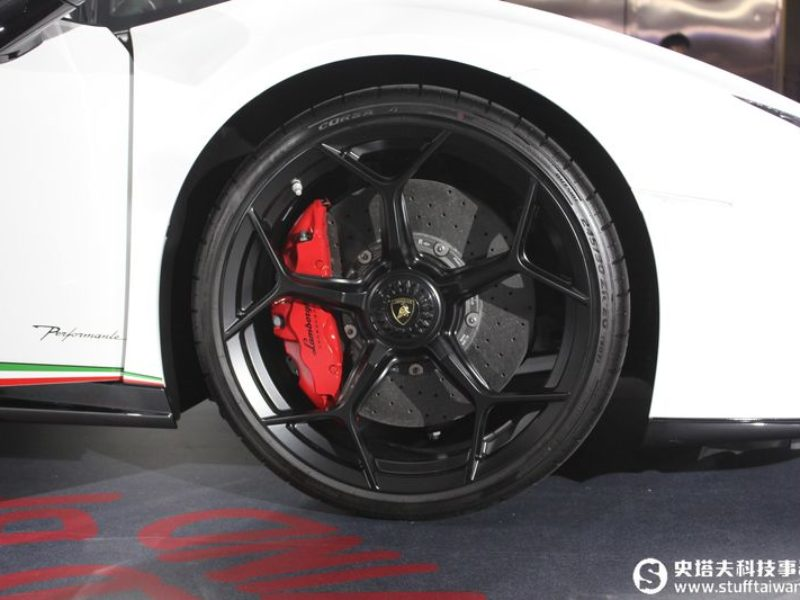 最速量產超跑!Lamborghini Huracán Performante馳行登台