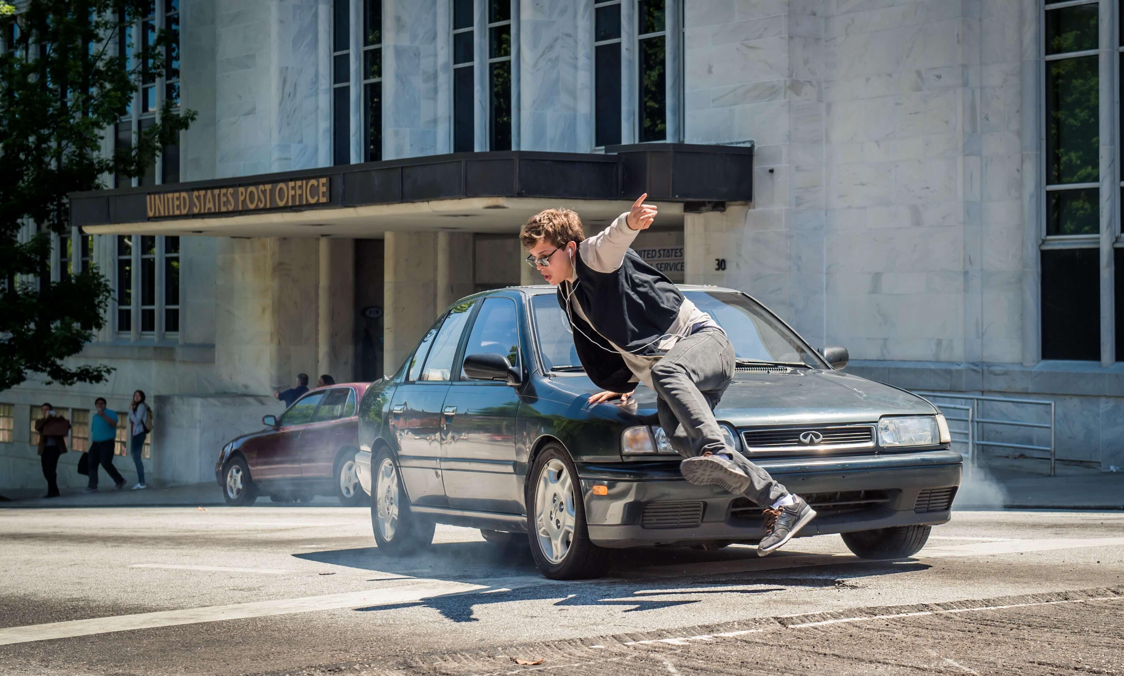 【玩命再劫Baby Driver】就跟著音樂與節奏,一起尬車和幹票大的!