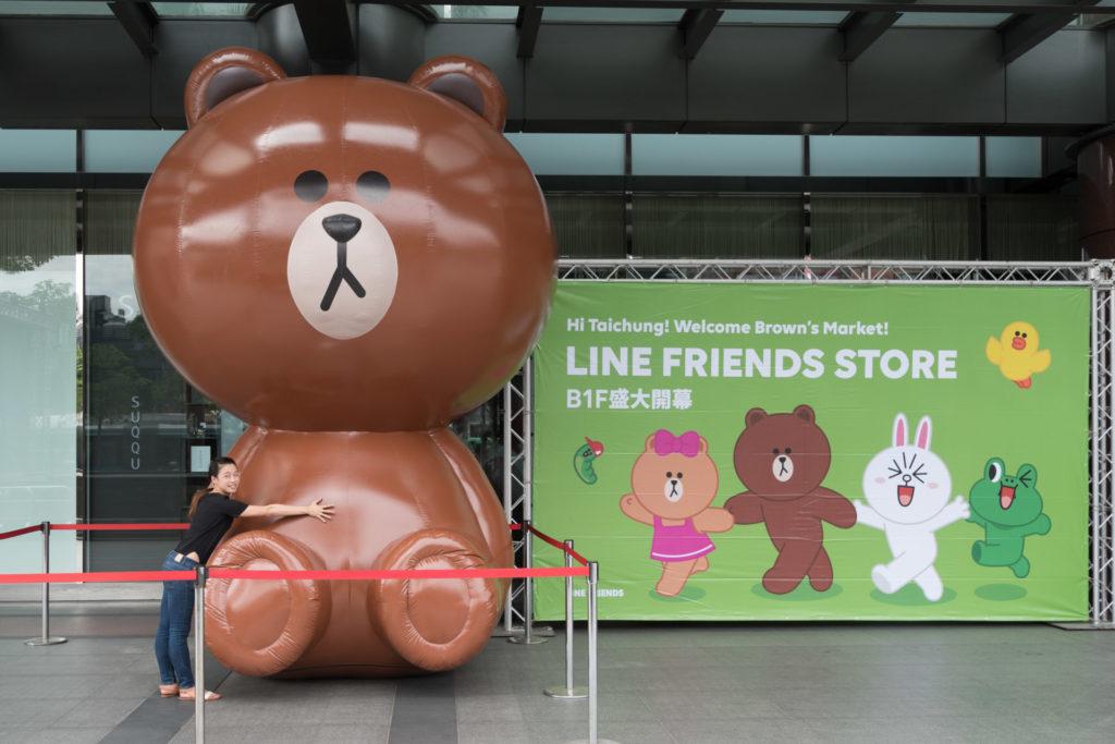 LINE FRIENDS Store台中中港店一樓高達四公尺的熊大巨型氣球
