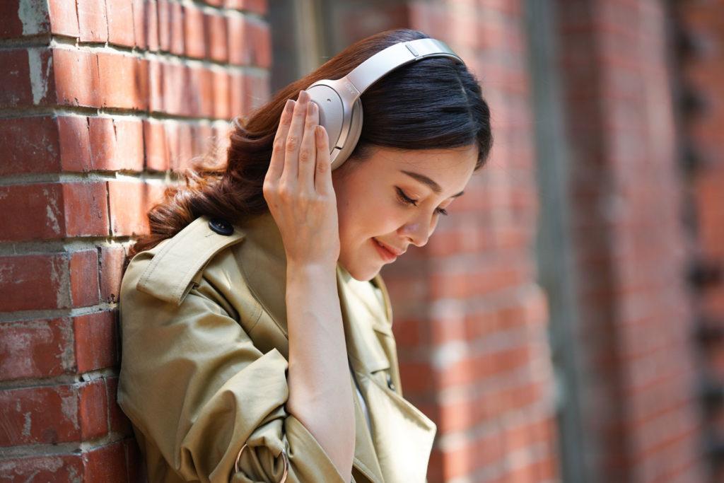 Sony WH-1000XM2耳罩式無線降噪耳機情境照