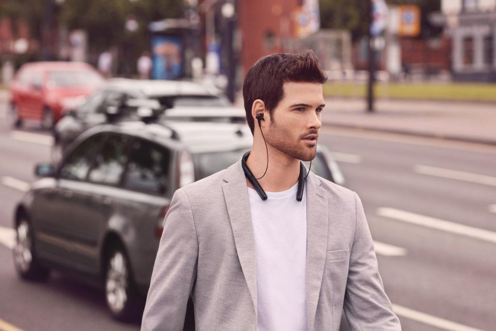 Sony WI-1000X頸掛入耳式無線藍牙降噪耳機情境照