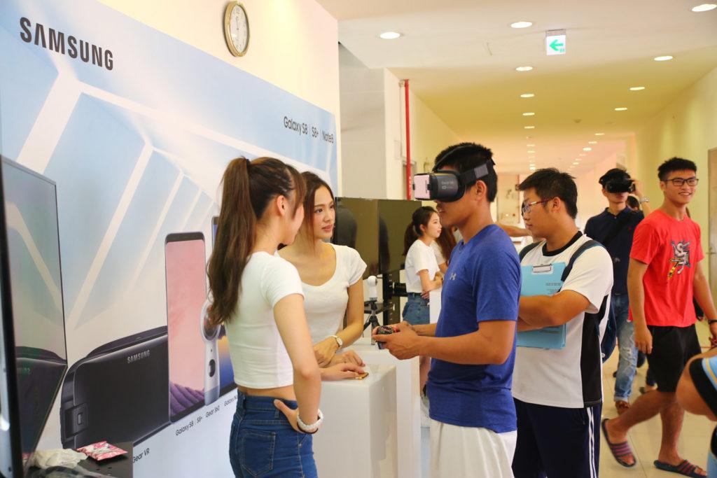民眾體驗Samsung Gear VR頭戴顯示器