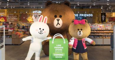 LINE FRIENDS Store台中中港店內近三公尺高的熊大