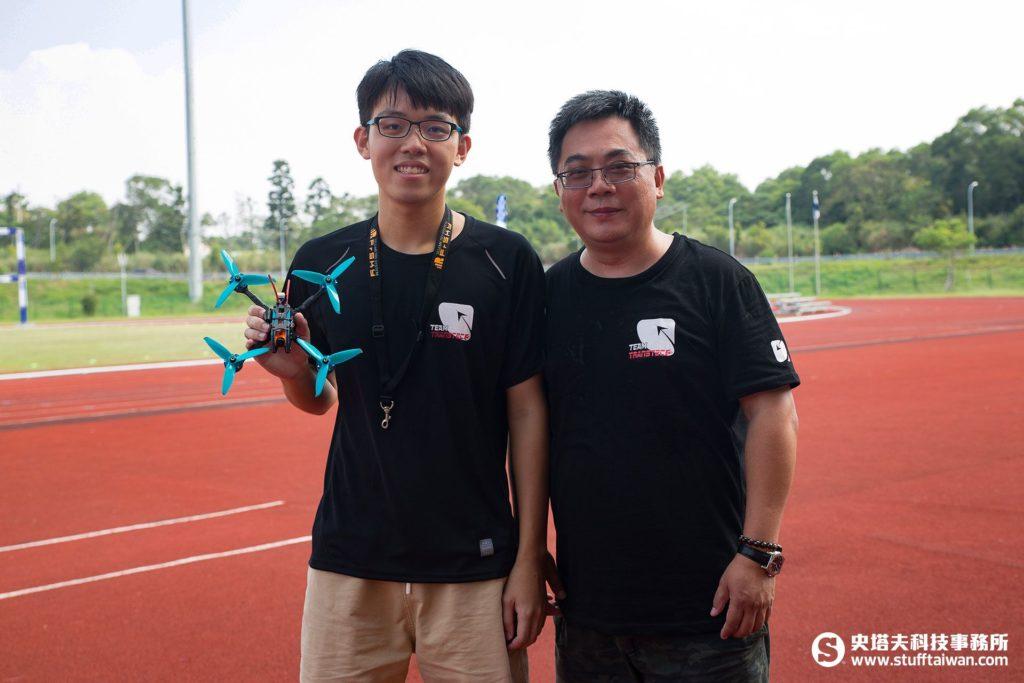 TransTEC創世泰克總經理李政裕(右),左為贊助的飛手陳尚佐