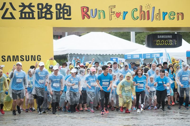 傾盆大雨還是要集合!台灣最美公益路跑20,000名跑者齊聚向前跑