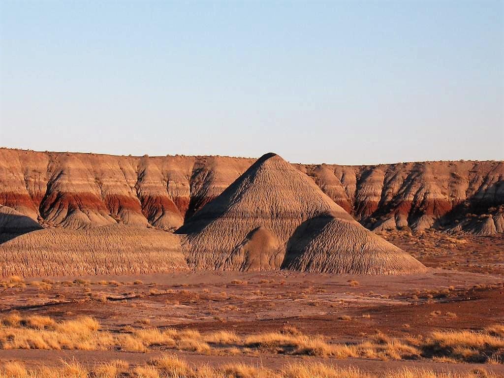 • Valle de la Luna – 智利 聖卡塔利娜 o 這個超自然景觀是地球上最乾燥的地方之一。山谷是一片沙丘、洞穴、山峰和自然窪地而組成,營造出踏足月球般的氣氛,為旅客帶來迷幻的體驗。 TripAdvisor的用戶強烈建議在大沙丘上觀看日落,感覺如「現場上演的光影戲一樣令人難忘」。 • The Pinnacles (尖峰) – 西澳大利亞 塞萬提斯 o 如外星星際的岩層出現在四米高的石灰柱子裡,此國家公園的名字由此而來。旅客可以選擇駕車路線或步行路線,盡情欣賞「令人讚嘆的地質構造」。TripAdvisor的用戶提示:黎明或黃昏的時間是拍照的大好時機! • 赭土步道 – 法國 戈爾德 o 被譽為「Roussillon Natural Wonder自然奇觀」,赭土步道可以通過步行徑欣賞。旅客可以從步道中的有利位置輕易地看到奇特的岩層和不同形狀的赭色。 • Waimangu 火山谷 – 新西蘭 羅托路亞 o 在新西蘭最大的地熱地區,旅客會發現無數的溫泉、水潭和池塘,充滿了硫磺煙霧而產生的濃烈氣味。五顏六色的山谷有奇特的景觀,如深綠色的「惡魔的澡堂」。 • El Lago Verde 和 Timanfaya 國家公園 – 西班牙 蘭薩羅特 o 在Timanfaya國家公園的火山路線上,旅客將通過壯觀的熔岩層,崎嶇的石窟和一個讓人想起外星世界的翠綠色潟湖。 • Pink Lake (粉紅湖), 澳洲 o 不尋常的粉紅色令澳洲西海岸的這個湖成為一個壯觀的景色。湖的顏色來自β-胡蘿蔔素藻類,帶給這個地方一個奇妙的氣氛。