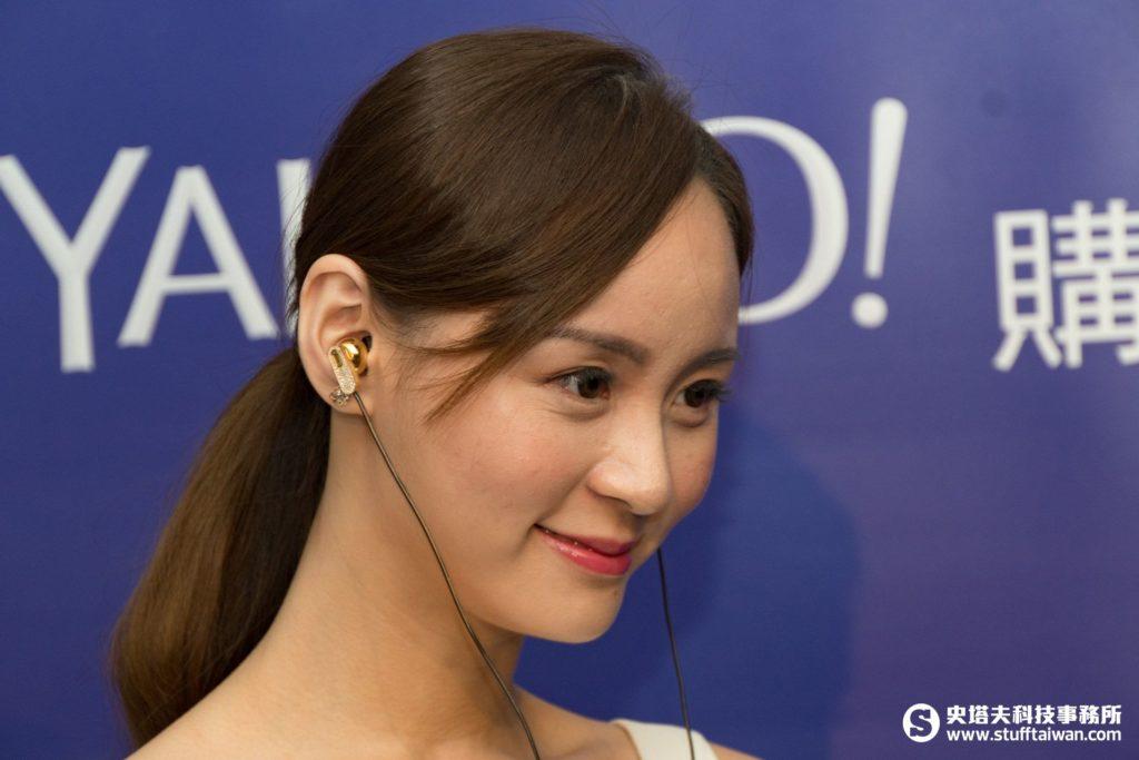 Model戴著PEACEMINUSONE-MUSIC x TAIWAN耳機
