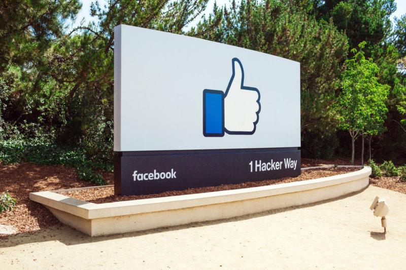 Facebook總部前讚標誌