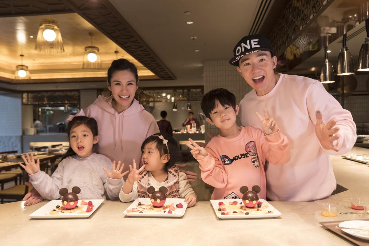 劉畊宏與全家在香港迪士尼樂園出任務