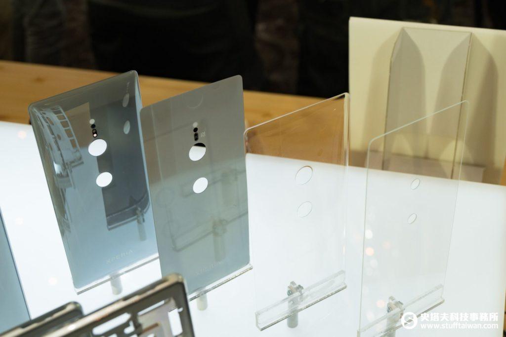 Sony Xperia XZ2背蓋各個製作階段的樣子
