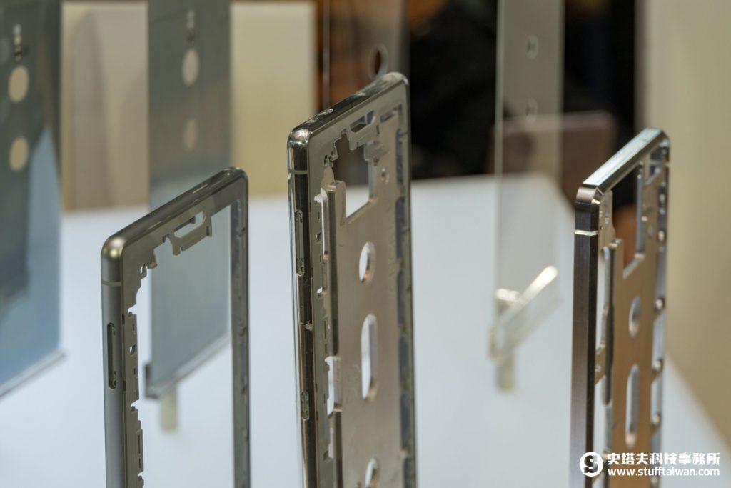 Xperia XZ2鋁金屬框架三個不同的製作階段樣貌