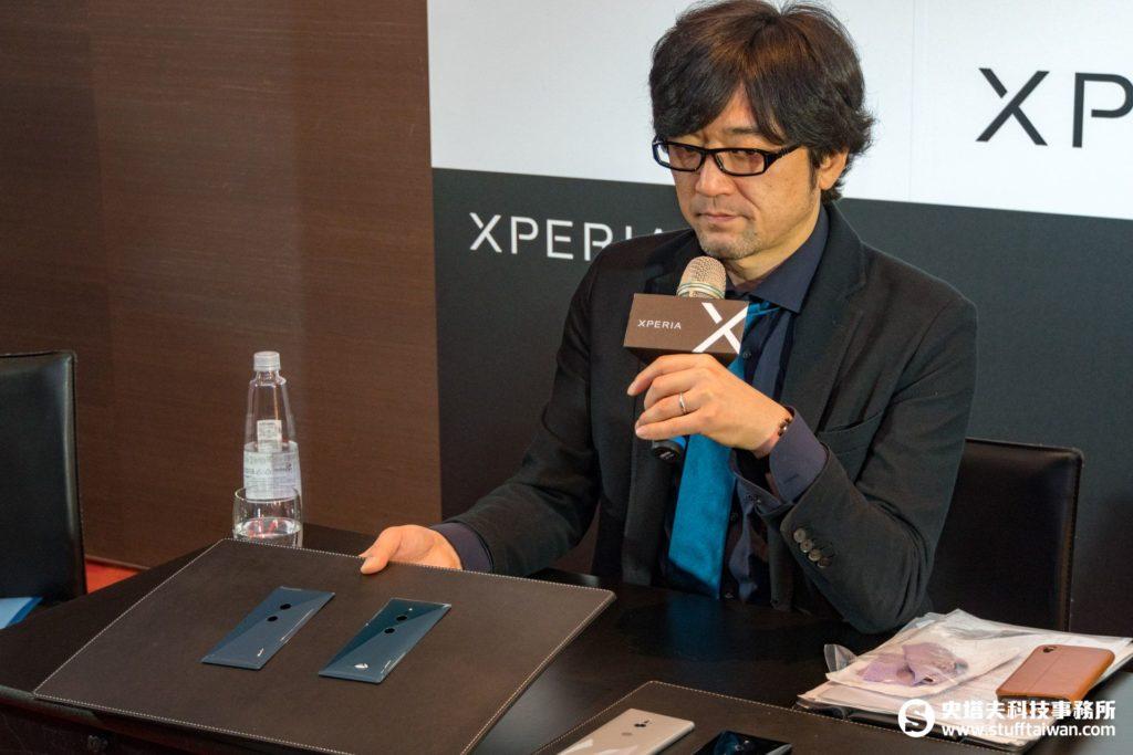 飯嶋義宗展示兩個不同的XZ2背蓋