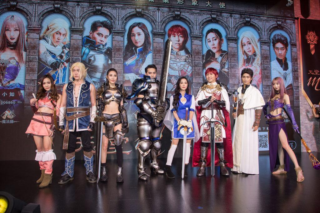TGS2018台北國際電玩展時,浪LIVE主播擔任天堂M職業形象大合照