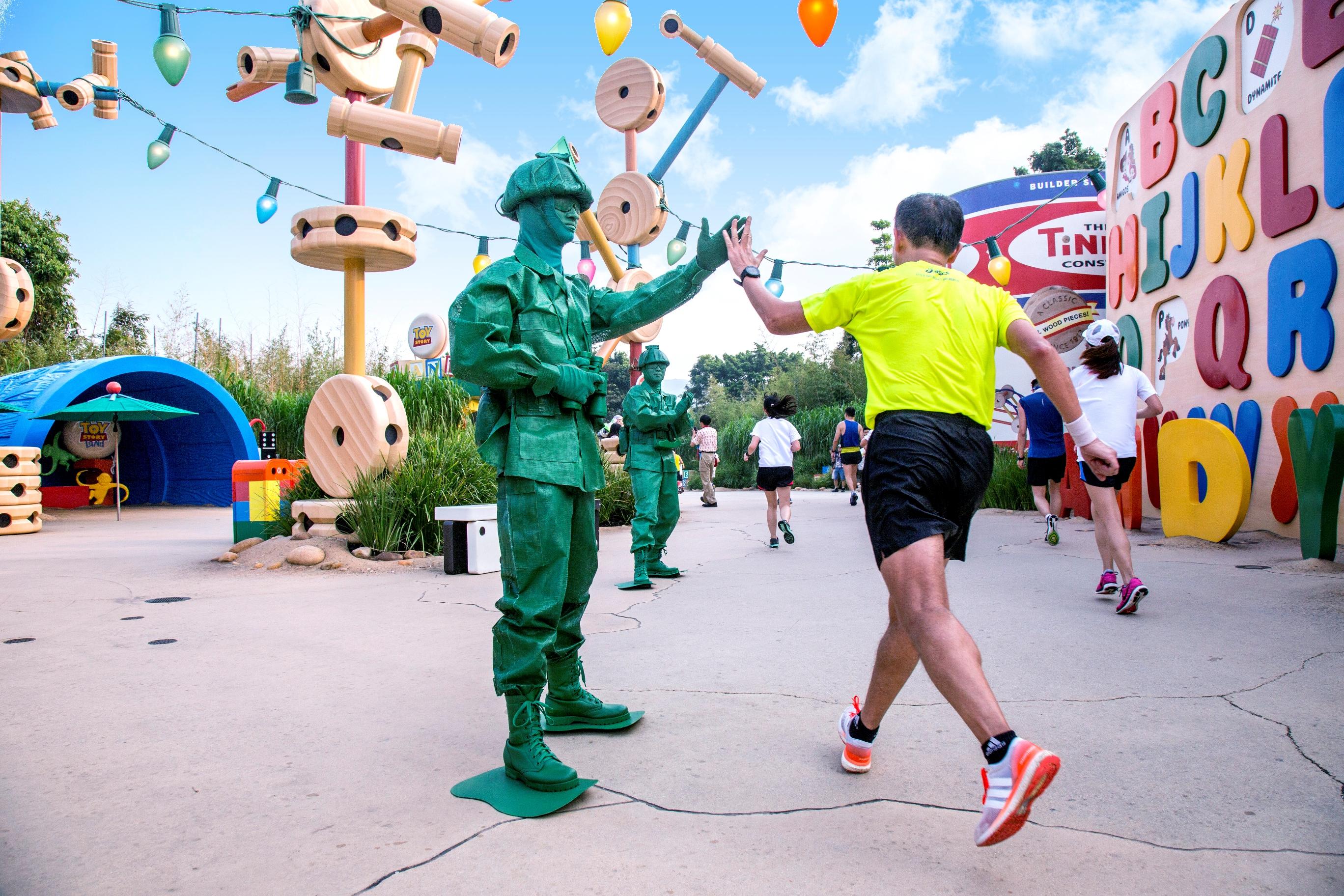想要跟皮克斯動畫裡角色一起跑步的你絕不能錯過今年的第三屆香港迪士尼樂園路跑賽
