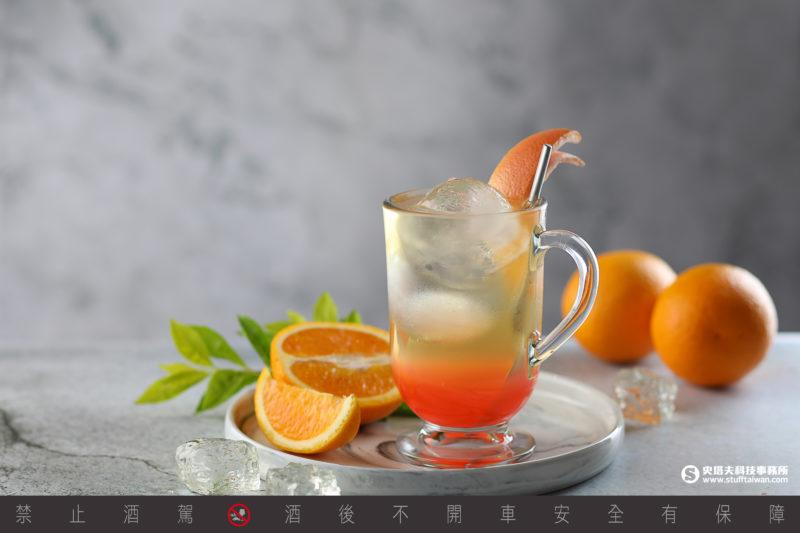 夏日雲彩:以白桃及葡萄柚汁為基底,搭配苦度較高的德式皮爾森啤酒,交織出微酸微苦、又富水果香甜的多層次風味。NT$200/杯
