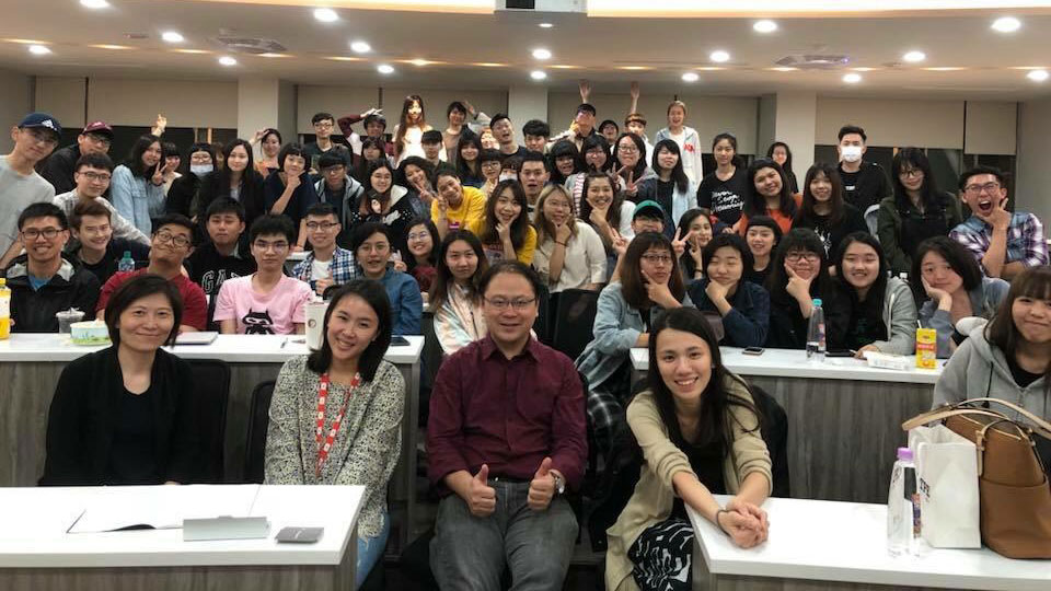 YouTube 大中華區策略合作夥伴協理林映嵐(前排左二)至世新大學進行合作分享,前排左一為世新大學廣播電視電影學系副教授江亦瑄