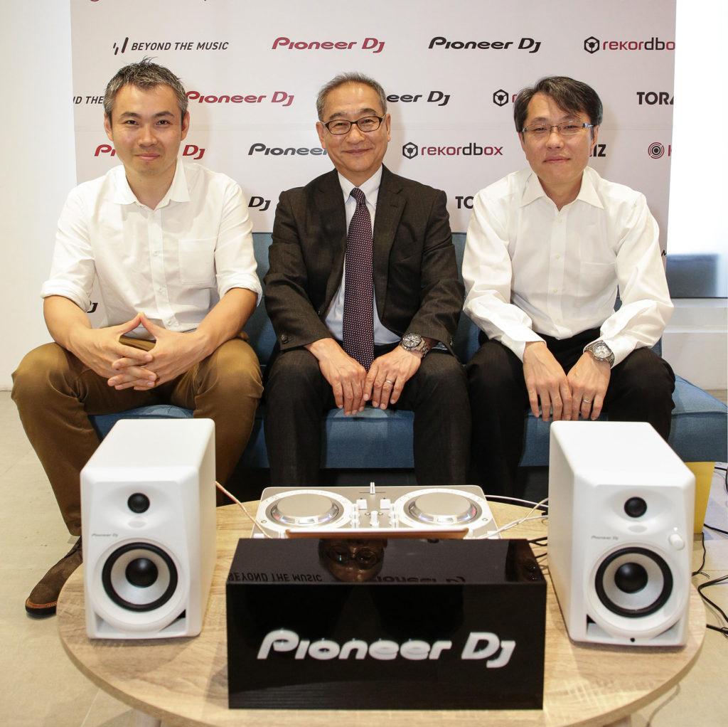 Pioneer DJ代表取締役會長 井出良明(中),經營戰略統括集團 兼 營業統括集團 執行經理 西川寬晃(左),執行經理 晦日善行(右)