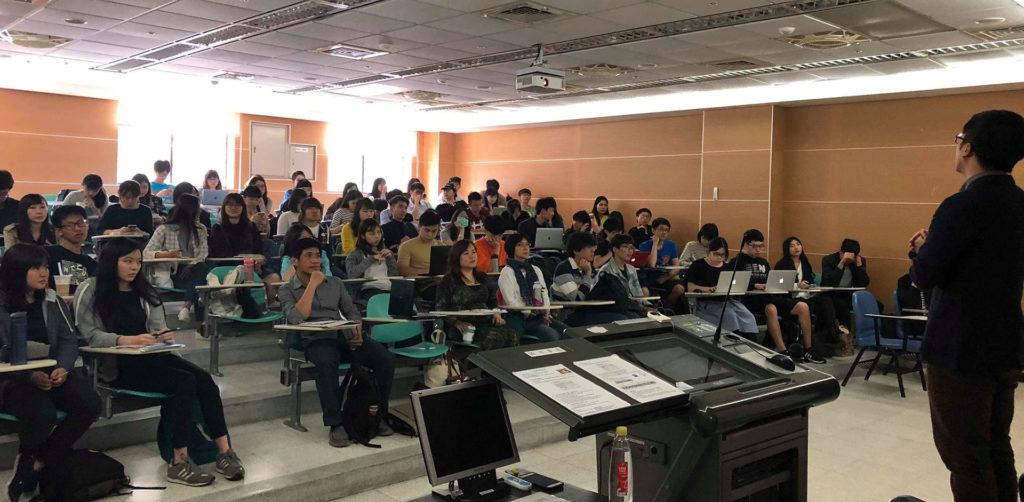政治大學學生於台下專注聆聽台上YouTube主管分享