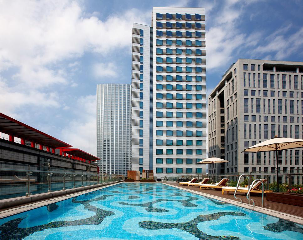 台北寒舍艾麗酒店戶外泳池能近距離觀賞台北101城市美景