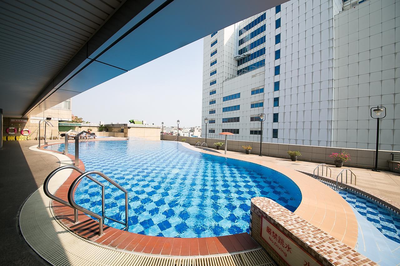 台南台糖長榮酒店戶外泳池提供適合大人小孩的泳池區域