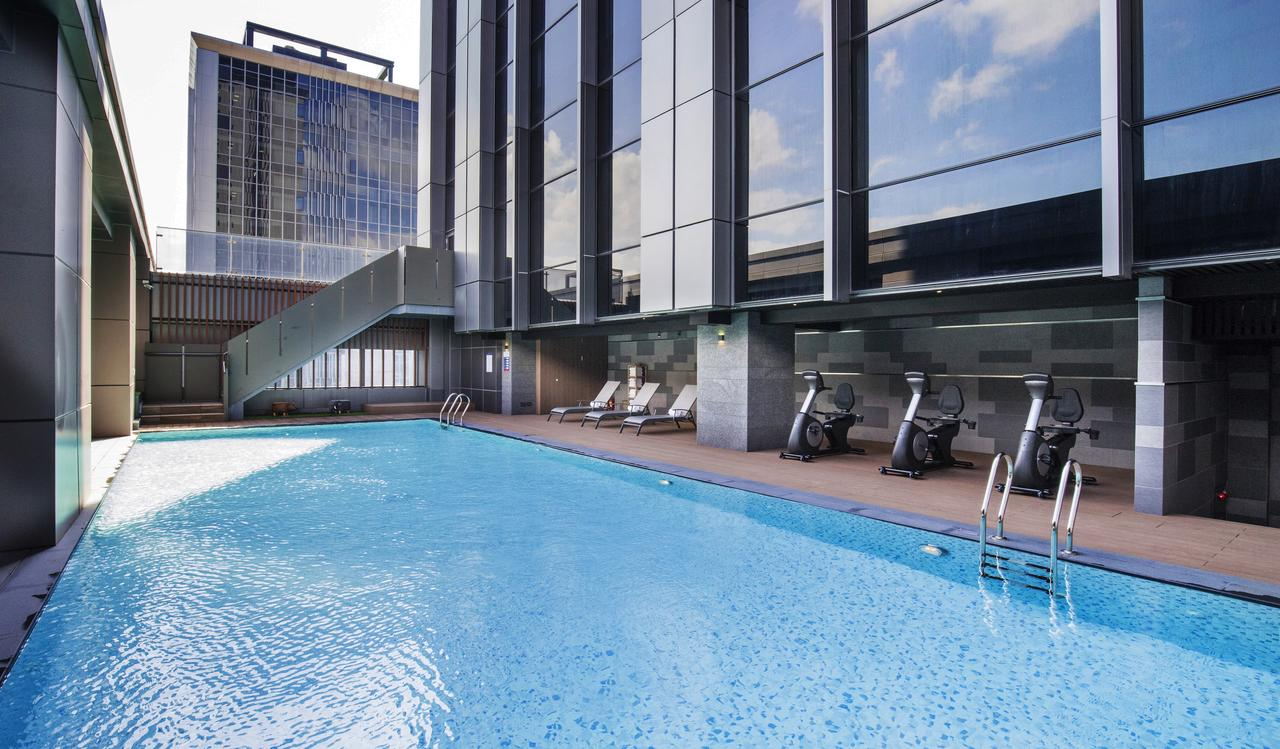 台北凱達大飯店露天泳池旁設有運動器材,親子能享受悠閒時光