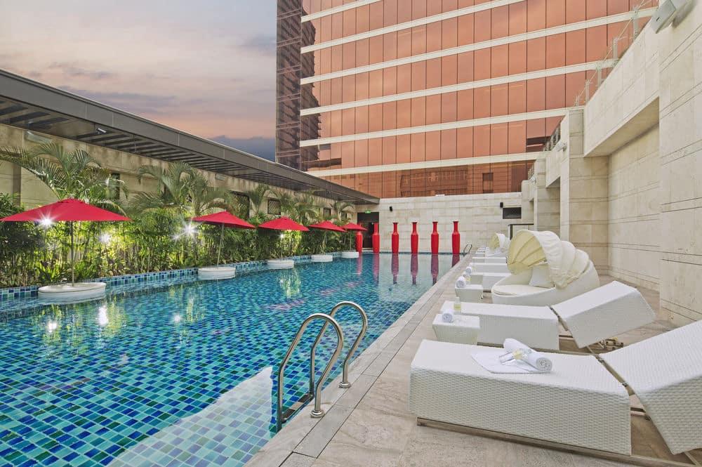 台中林酒店露天泳池以休閒杜拜氛圍營造、結合SPA水療設備