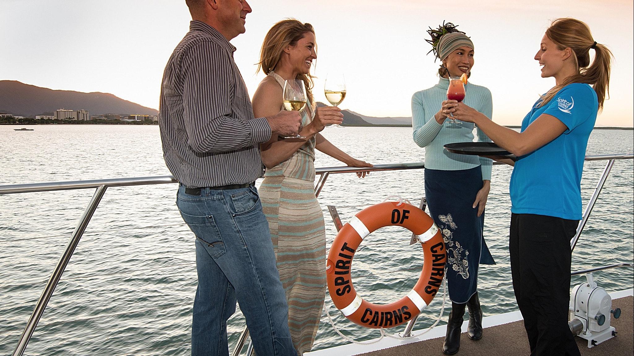 搭乘凱恩斯精神號享用浪漫晚宴。