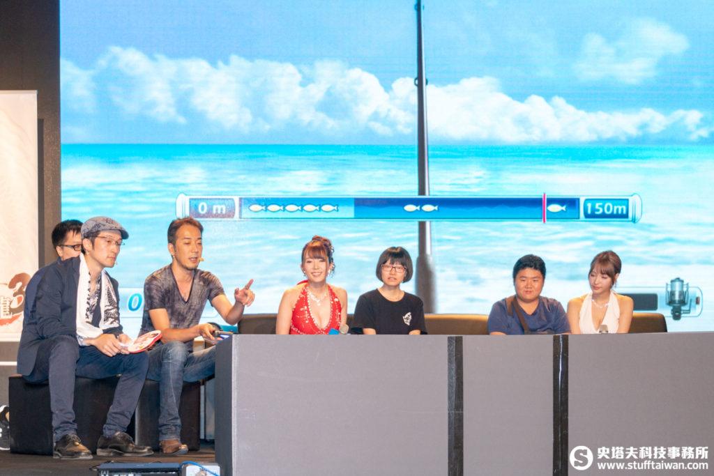 製作人佐藤大輔說明釣魚小遊戲的玩法