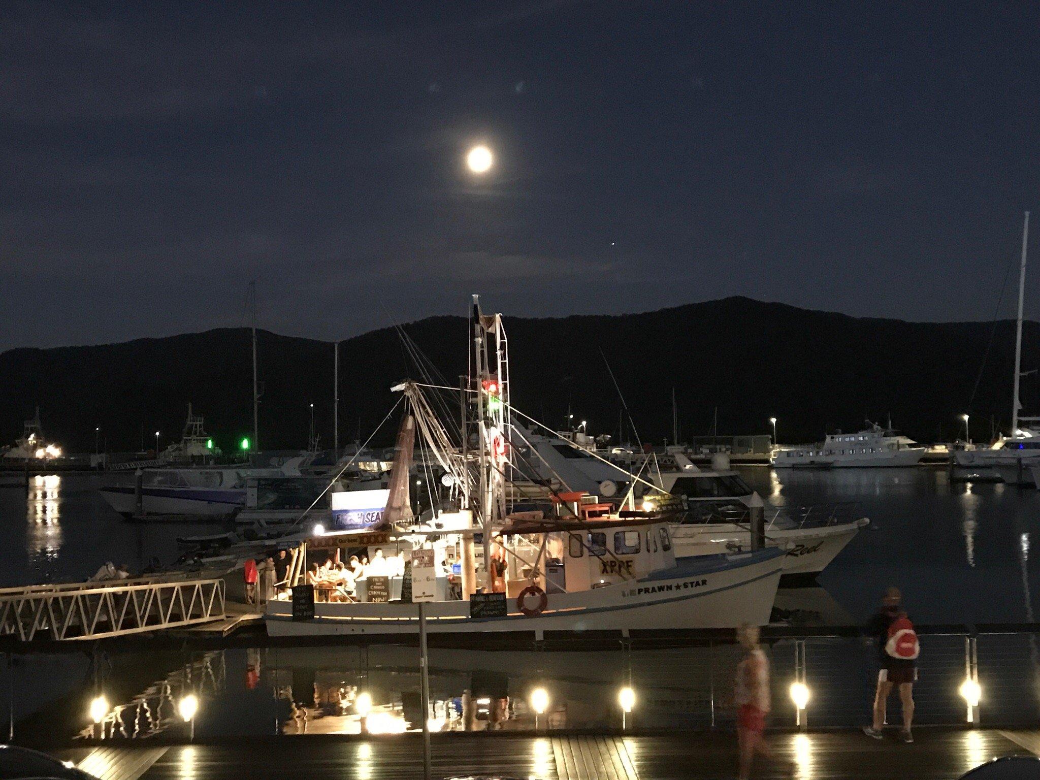 Prawn Star是一家停泊岸邊的船餐廳。