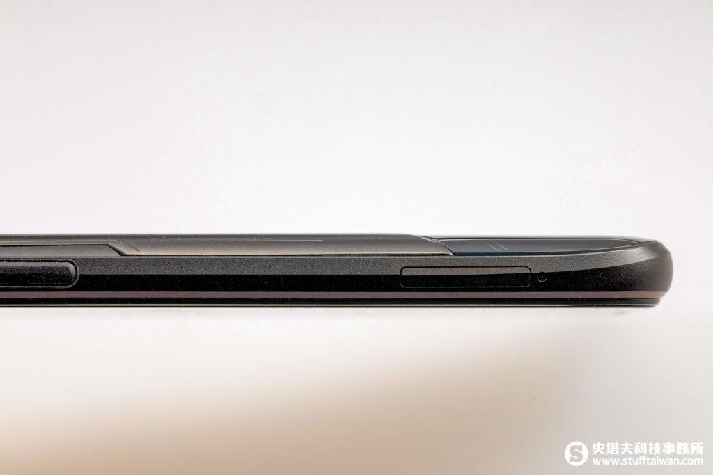 ROG Phone中框上的3D稜線