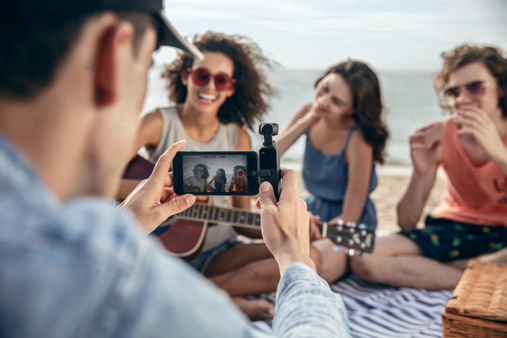 DJI Osmo Pocket三軸雲台相機搭配手機使用的情境