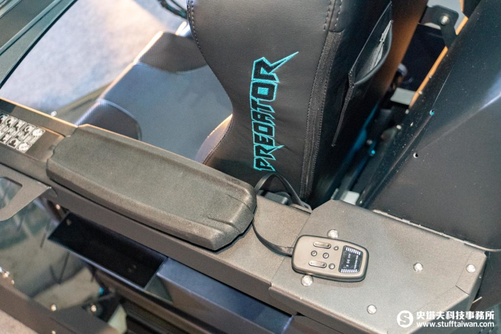 Acer Predator Thronos掠奪者電競座艙左椅背後方視角