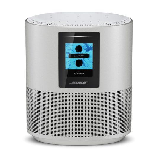 Home Speaker 500智慧型揚聲器,建議售價為 13,999元,有黑、銀兩色可供選擇