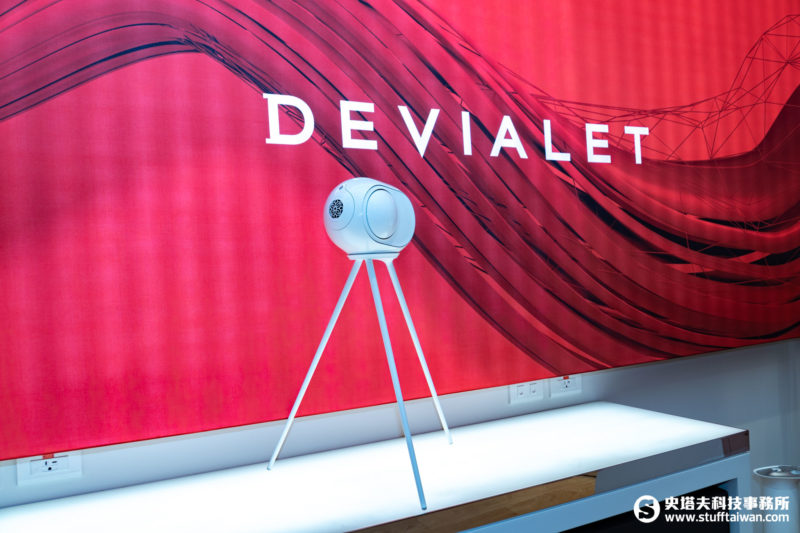 Devialet Phantom REACTOR放在腳架上