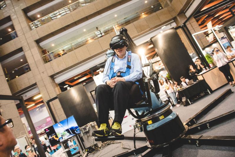 台北市長柯文哲體驗「Robot VR 六軸機械手臂VR體感模擬器」